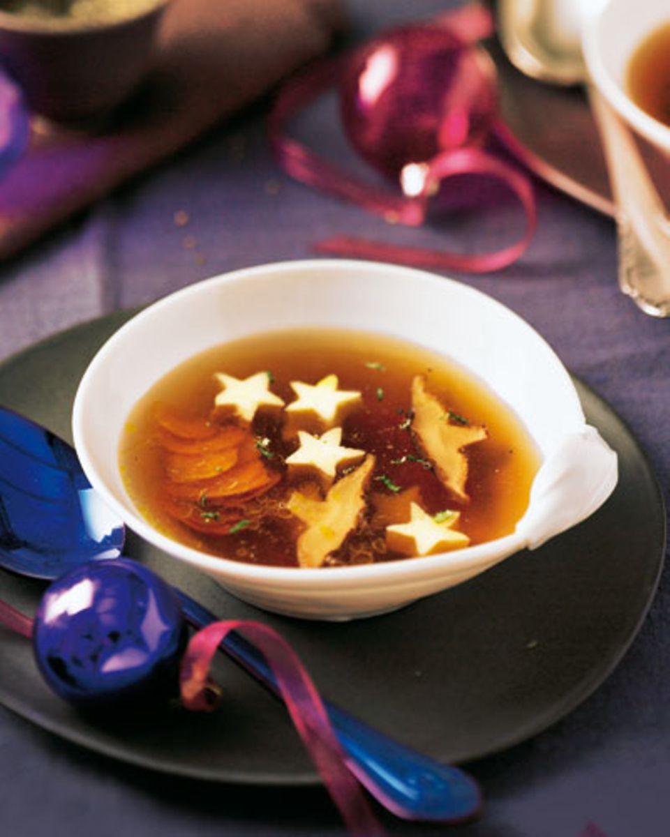 Für diese feine Suppe gibt's einen heißen Tipp aus unserer Küche: Die Eierstich-Zutaten nur verrühren, nicht aufschlagen. Dann bekommt der Eierstich eine schön samtige Konsistenz. Zum Rezept: Pilz-Bouillon mit Ei-Sternen
