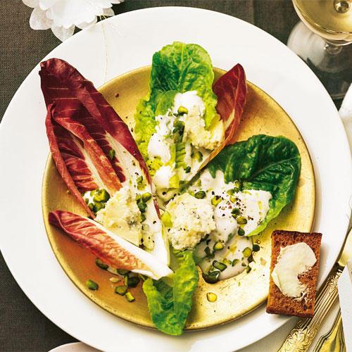 Eine raffinierte Idee: Gebackener Honigkuchen begleitet den herb-frischen Salat mit Radicchio und Blauschimmelkäse. Zum Rezept: Radicchio-Pistazien-Salat mit Kuchentoasts