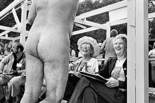 """Fotoprojekt: Ob Glamour-Diva oder Alltagsheldin: Frauenpower hat viele Gesichter. Meisterfotograf Elliot Erwitt hat nun mit seinem Bildband """"Regarding Women"""" eine """"Hommage an die weibliche Kraft, Intelligenz und Schönheit"""" veröffentlicht. In Fotos aus mehreren Jahrzehnten zeigt er, wie gelassen Frauen manche Krise meistern, und wie sehr sie ihre eigene Umgebung prägen. Wie diese beiden Damen hier, die nicht etwa entsetzt aufspringen, weil da ein nackter Mann vor ihnen steht, sondern sich amüsiert zurücklehnen und laut über den Körpereinsatz lachen."""