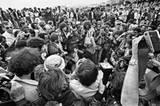 """""""Cannes, France, 1980"""": Wir können nicht genau erkennen, wer genau das Starlet ist, um das sich die Fotografen reißen, sind aber von ihrem Talent beeindruckt, wirklich jeden Menschen auf diesem Bild in ihren Bann zu ziehen."""