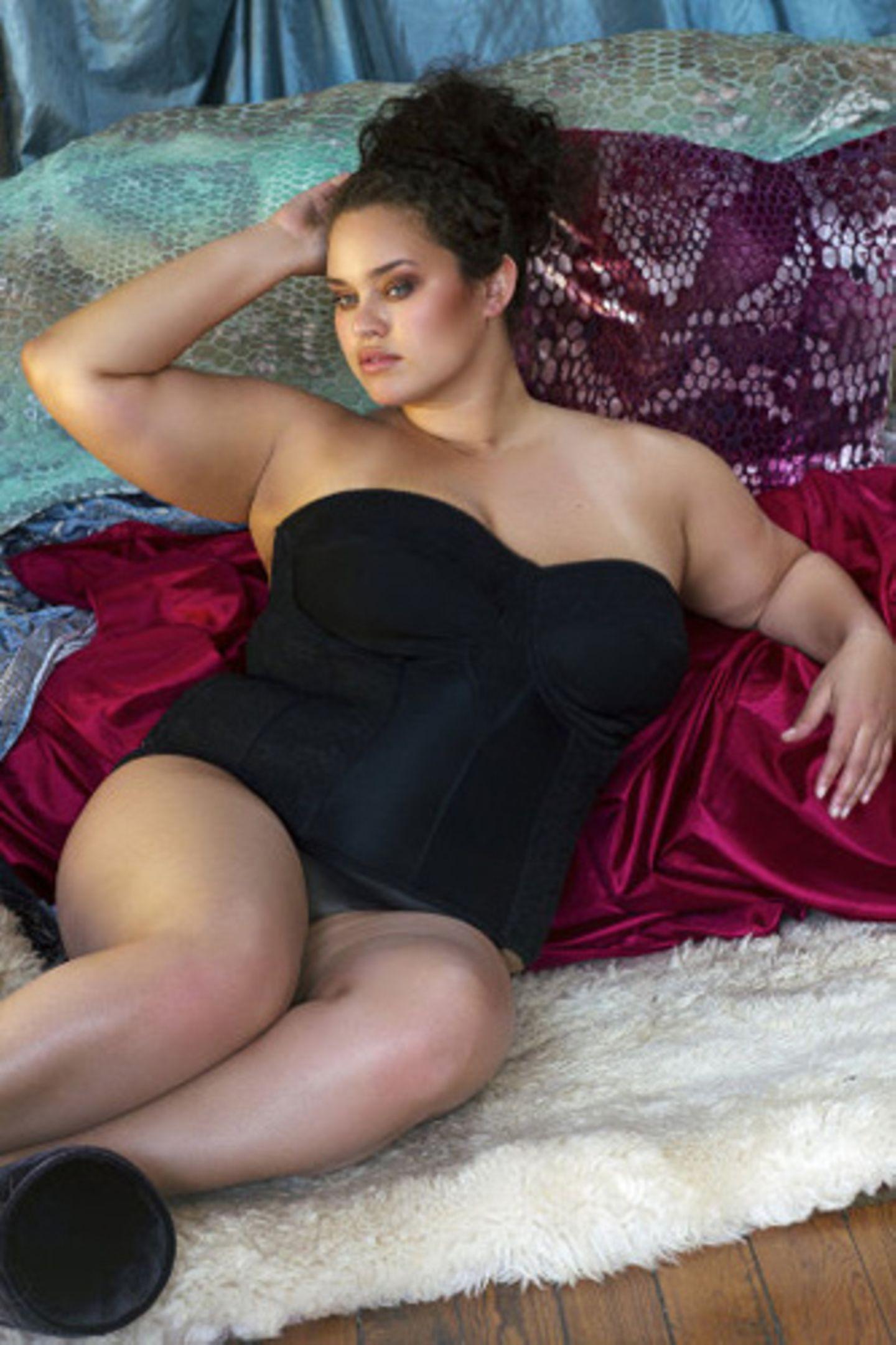 """Bei vielen so genannten """"Plus Size""""-Modemarken oder auch bei speziellen Modelagenturen für kurvige Frauen beginnen die Kleidergrößen bereits bei Größe 40."""
