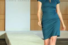Die Business-Kleider von Carrie Hammer sind alles andere als grau und trist - sie setzt auf leuchtende Farben und figurbetonte Schnitte.