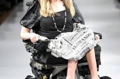 Psychologin Danielle Sheypuk präsentiert einen der Looks im Rollstuhl. Designerin Carrie Hammer möchte damit zum Ausdruck bringen, wie wichtig es ihr ist, dass Menschen mit Behinderungen von der Modeindustrie ernst genommen und nicht ignoriert werden.