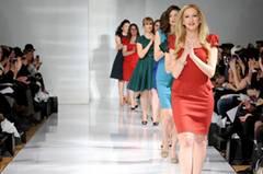 Gute Laune auf dem Laufsteg - die Business-Kleider von Carrie Hammer sind schlicht, aber knallig.
