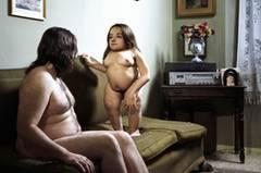 """In unserer auf Makellosigkeit getrimmten Welt werden Männer und Frauen mit Behinderung nicht als sexuelle Wesen wahrgenommen. Kindhaft, asexuell, geschlechtslos sollen sie sein. Ihre sexuellen Bedürfnisse werden tabuisiert, ihre Wünsche und Fantasien finden im Mainstream keinen Platz. In einer neuen Fotoserie konfrontiert der italienische Fotograf Olivier Fermariello den Betrachter mit dieser Ungerechtigkeit. Er zeigt Männer und Frauen mit Handicap in intimen Szenen, nackt und verletzlich. Seine Bilder provozieren in ihrer Direktheit, ohne voyeuristisch zu wirken. Die Serie """"Je t'aime moi aussi"""" zelebriert die individuelle Ästhetik ihrer Protagonisten in ganz normalen Alltagszenen. Der Betrachter soll sich in den Bildern wiedererkennen können, wünscht sich der Fotograf. Immerhin erfüllen doch """"99 Prozent von uns nicht die Standards manipulierter Schönheit""""."""