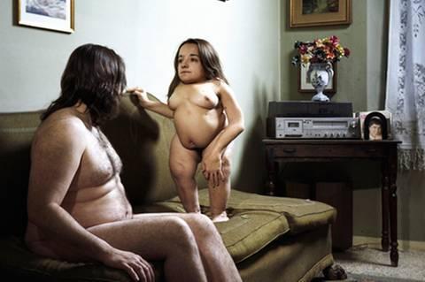"""Bewegende Fotos: In unserer auf Makellosigkeit getrimmten Welt werden Männer und Frauen mit Behinderung nicht als sexuelle Wesen wahrgenommen. Kindhaft, asexuell, geschlechtslos sollen sie sein. Ihre sexuellen Bedürfnisse werden tabuisiert, ihre Wünsche und Fantasien finden im Mainstream keinen Platz. In einer neuen Fotoserie konfrontiert der italienische Fotograf Olivier Fermariello den Betrachter mit dieser Ungerechtigkeit. Er zeigt Männer und Frauen mit Handicap in intimen Szenen, nackt und verletzlich. Seine Bilder provozieren in ihrer Direktheit, ohne voyeuristisch zu wirken. Die Serie """"Je t'aime moi aussi"""" zelebriert die individuelle Ästhetik ihrer Protagonisten in ganz normalen Alltagszenen. Der Betrachter soll sich in den Bildern wiedererkennen können, wünscht sich der Fotograf. Immerhin erfüllen doch """"99 Prozent von uns nicht die Standards manipulierter Schönheit""""."""
