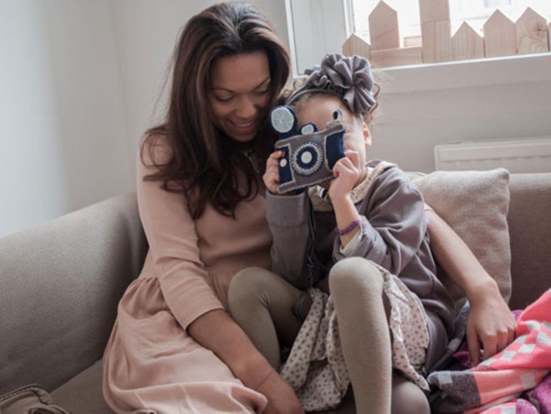 Selbständig machen mit Kind - eine gute Idee? Wer Rebecca Lina und ihre Tochter Laéna trifft, kennt nach wenigen Minuten die Antwort: ja! Alles, was es braucht, ist Vertrauen in sich selbst, etwas Disziplin und viel Liebe für das, was einem Spaß macht. Als Belohnung winken viel Freiheit, viel Kreativität und viel Lebensfreude. So haben wir es erlebt, als wir einen Einblick in das Leben von Rebecca und Laéna erhalten durften. In ihren schönen vier Wänden in Berlin-Mitte haben die beiden uns ihre inspirierende Geschichte erzählt.