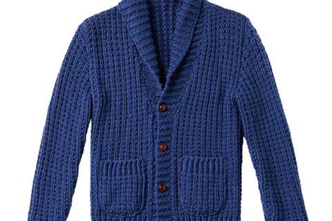 """Den Merino-Cardigan mit plastischem Rippenmuster aus """"Big Wool"""" dürfen Sie sich bestimmt mal bei ihm leihen. Zur Strickanleitung: Schalkragen-Strickjacke für Männer stricken"""