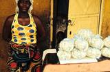 Die Ebola-Gefahr ist allgegenwärtig, doch diese Frau verkauft weiterhin Popcorn im West Point Slum von Monrovia, der Hauptstadt Liberias.