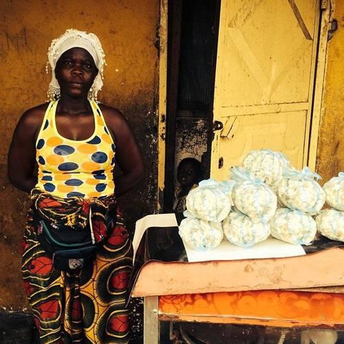 Ebola-Epidemie: Die Ebola-Gefahr ist allgegenwärtig, doch diese Frau verkauft weiterhin Popcorn im West Point Slum von Monrovia, der Hauptstadt Liberias.