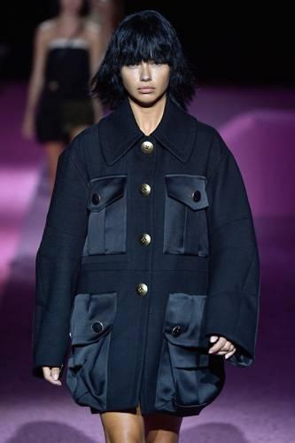 """Laufsteg Trends: Eine kleine Sensation in der Mode-und Beautywelt: Designer Marc Jacobs schickt seine Models absolut ungeschminkt auf den Runway. Und springt damit auf den aktuellen No-Make-up-Trend auf: Die sozialen Netzwerke sind voll von ungeschminkten Promis, """"#nomakeupselfie"""" ist zum Trend-Hashtag avanciert, denn ungeschminkt sein ist einfach cool."""