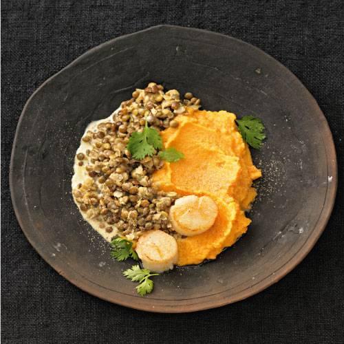In der orientalischen Küche haben Linsen einen festen Platz. Kein Wunder: Mit Raz el Hanout, Ingwer, Chili und Koriander vertragen sie sich bestens - dieses Rezept beweist es. Und mit dem Süßkartoffelpüree haben die Sahnelinsen eine goldgelb-cremige Begleitung. Zum Rezept: Süßkartoffelpüree mit Sahnelinsen