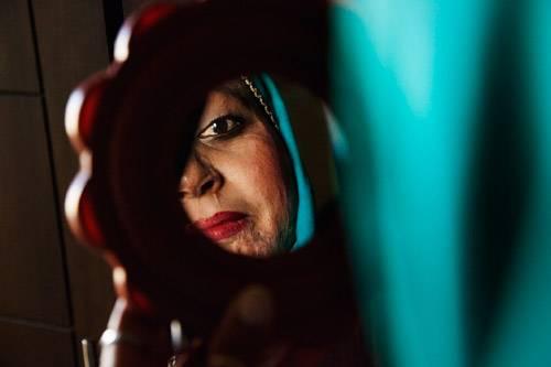 Nusrat wurde von ihrem Mann mit Säure angegriffen und hat überlebt. In ihrem Zimmer, schminkt sie sich und macht sich für den Tag fertig.