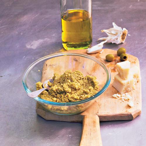 Olivenöl darf in keinem guten Pesto fehlen. Und in diesem Pesto spielen Oliven sogar die Hauptrolle. Orangenmarmelade bringt eine überraschende Note ins Spiel.