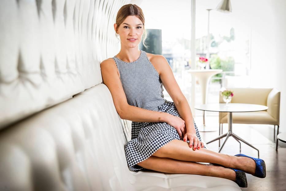 """Hanneli Mustaparta: Hanneli Mustaparta – sie ist schön, jung und talentiert. Die Norwegerin wird international für ihren Mode-Stil bewundert und ist auf den Best-Dressed-Listen dieser Welt kein unbeschriebenes Blatt. Ihre Karriere in der Mode-Branche startete sie bereits mit 17 Jahren – sie wurde entdeckt, Aufträge folgten. Acht Jahre später wollte sie dann mehr, hat das Modeln hinter sich gelassen, startete ihren Blog Hanneli. Der hat sich mit der Zeit etabliert und brachte ihr Folgeaufträge als Stylistin, Fotografin und Redakteurin. Sie tut einfach das, was ihr Spaß macht. Das beweist die 32-Jährige auch mit ihrem neuesten Projekt: Einer Deichmann Schuh-Kollektion, die unter dem Arbeitstitel """"Edited by Hanneli Mustaparta"""" läuft."""