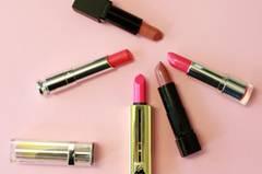 Bei der Wahl der richtigen Lippenfarbe könnt ihr euch am besten an eurem Hautton orientieren: Das sind die Trendfarben für helle Hauttypen