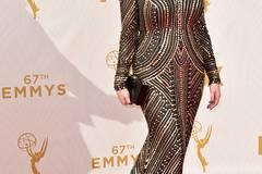 """Top 2: """"Mad Men""""-Darstellerin Christina Hendricks zieht nicht nur in der Serie als """"Joan Harris"""" alle Blicke auf sich. Auch während der Emmy Awards hat sie mit einem fließenden Kleid im Art Deco-Stil gepunktet. Serien-Kollege Jon Hamm hat übrigens endlich nach der achten Nominierung den Preis als bester Hauptdarsteller gewonnen."""