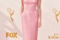 """Bei den Emmys hat die Erfolgsserie """"Game of Thrones"""" abgeräumt – bei unseren Tops und Flops ebenfalls. Leider müssen wir die """"Arya Stark"""" aus der Serie aka Maisie Williams im echten Leben mit ihrem rosafarbenen Kleid und den Plüsch-Sandaletten auf Platz 2 unserer Flops setzen."""