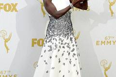 """Die Gewinnerin des Abends und der Herzen ist Viola Davis, Hauptdarstellerin in der Serie """"How to Get Away with Murder"""". Als erste Farbige hat sie einen Emmy als beste Hauptdarstellerin in einer Dramaserie gewonnen. Ihr weißes Kleid mit Blätterprint steht ihr hervorragend und landet auf der Top 3."""