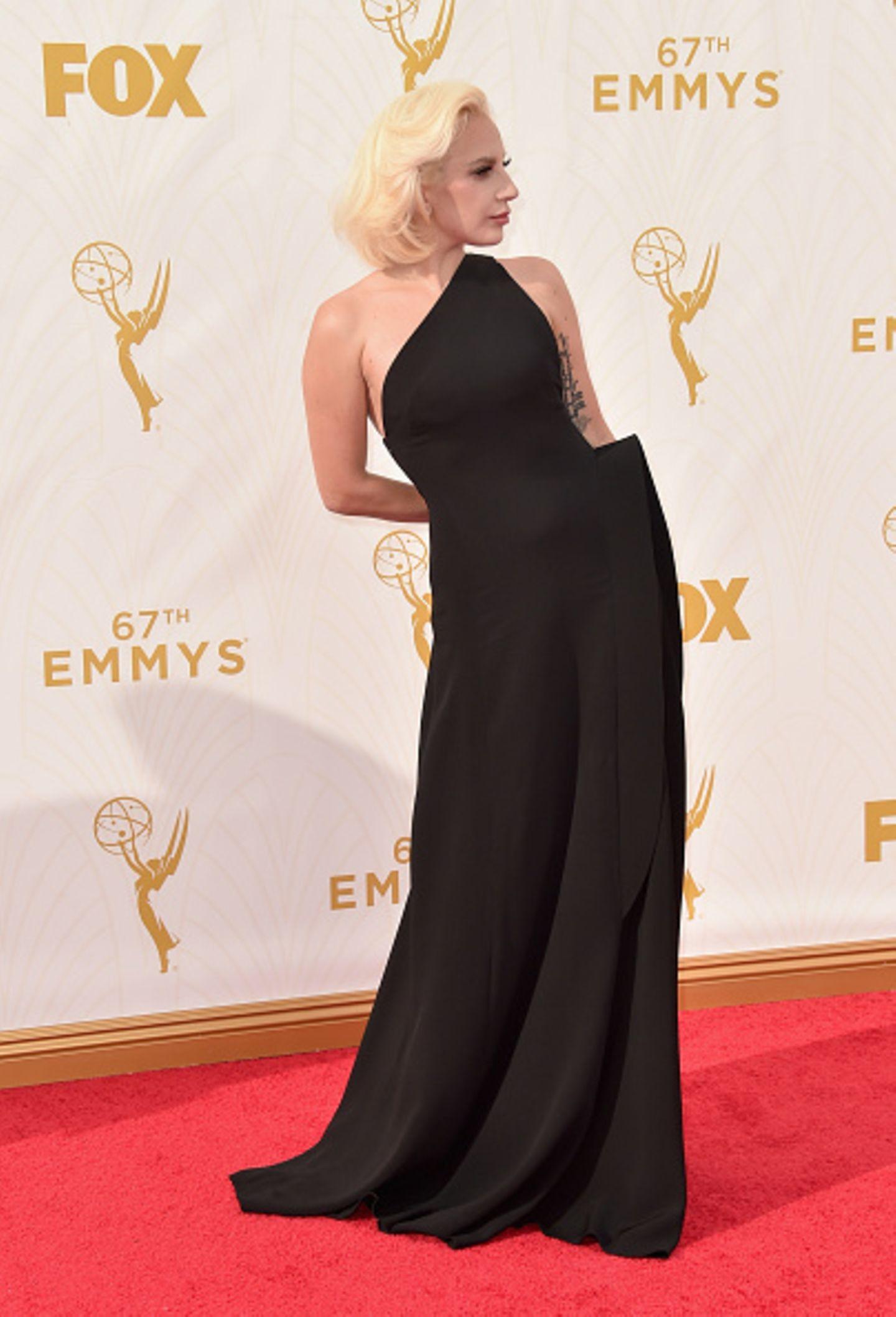 Vom Fleischkleid-Fail zur Outfit-Gewinnerin der Emmy Awards 2015: Wir mussten zweimal hinschauen, um Lady Gaga unter diesem eleganten Kleid in Schwarz von Brandon Maxwell zu erkennen. Schlicht, elegant und trotzdem alles andere als langweilig. Eine verdiente Top 1!