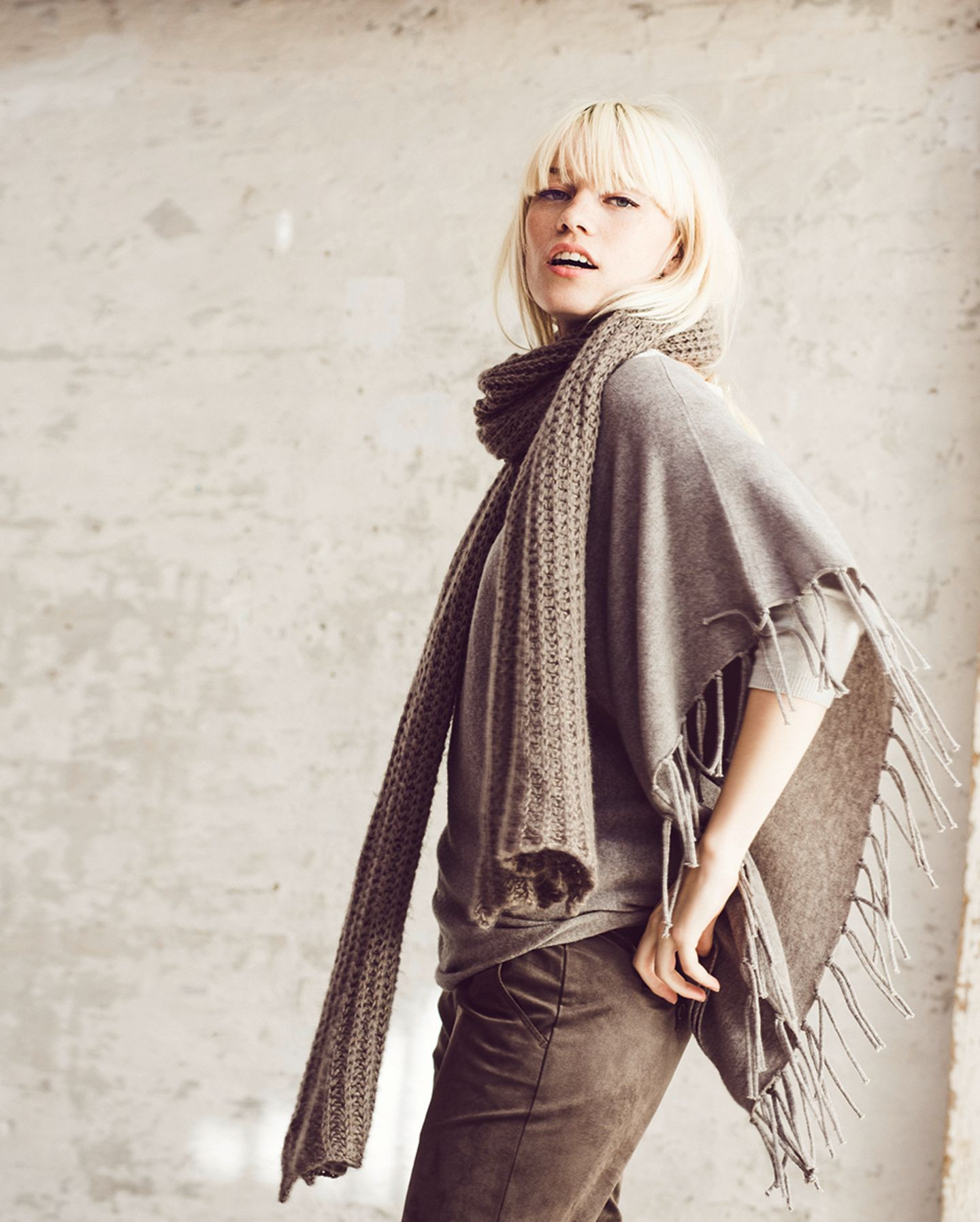 """Ponchos gehören diesen Herbst in jeden Kleiderschrank. Dieses Modell ist in zwei Farben und bis Größe 46 erhältlich, rund 100 Euro. Der dicke Strickschal """"Janine"""" ist ebenfalls aus der exklusiven Kollektion und wandert für rund 60 Euro in euren Warenkorb. Zum Shop."""