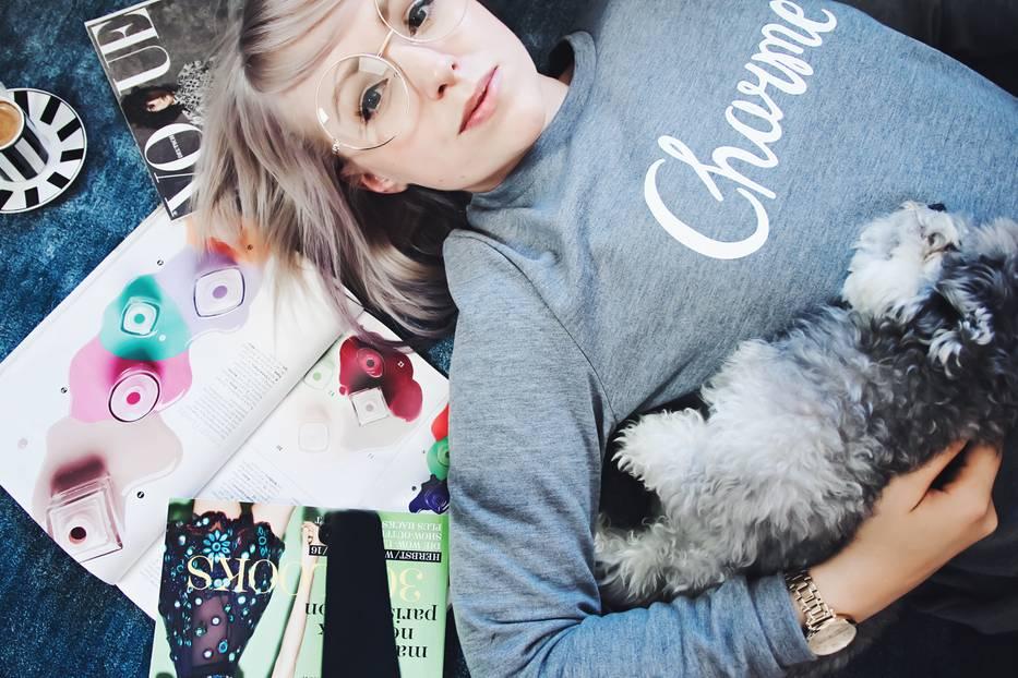 """Tierliebe: Hunde gelten als bester Freund des Menschen. Die Tiere bereichern nicht nur unser Leben als treue Gefährten. Denn in letzter Zeit sieht man Zwergspitz, Bulldoge & Co. auch öfter neben ihrem Modeblogger-Frauchen auf Blogs und Instagram - und die Besitzerinnen heimsen dafür unzählige Kommentare à la """"ohhh"""" und """"süüüß"""" ein. Wir stellen euch sieben Bloggerinnen und ihre tierischen Freunde mit großem Zucker-Faktor vor und haben mal nachfragt, was ihren Begleiter so ausmacht und wie er das denn so findet, fotografiert zu werden. Hier sehen wir Franzi von Zukkermaedchen mit ihrem Bolonka-Zwetna-Rüden Lenny."""