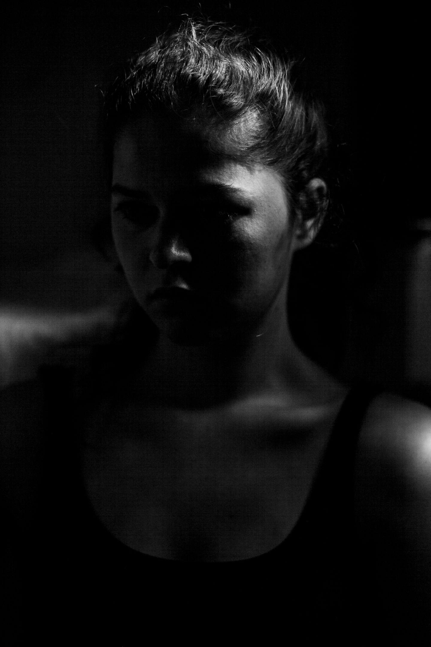 Natürlich sind auch Lauras Bilder inszeniert. Doch anders als das, was wir für gewöhnlich bei Instagram oder Facebook sehen, zeigen ihre Aufnahmen die unschönen Seiten des Lebens. Die Bilder fördern einen offenen Dialog über psychische Krankheiten. Und das könnte Leben retten.