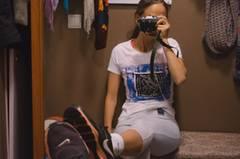 Das Selfie-Konzept ist modern, die Kamera alt. Liisa Luts fotografiert mit einer spiegellosen Kamera, einer Fujiifilm X-T10.