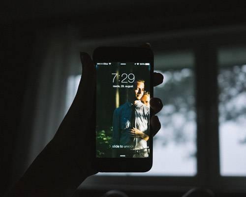 Intime Einblicke: Der große Tag durch die Augen einer Braut - die Fotografin Liisa Luts aus Estland bezaubert gerade das Internet mit ihren Selfie-Fotos von ihrer Hochzeit. Den 28. August wollte sie keinem ihrer Kollegen überlassen und dokumentierte so ein interessantes und ehrliches Statement ihres Tages. Los geht's um 7.29 Uhr mit dem Wecken vom Handy.