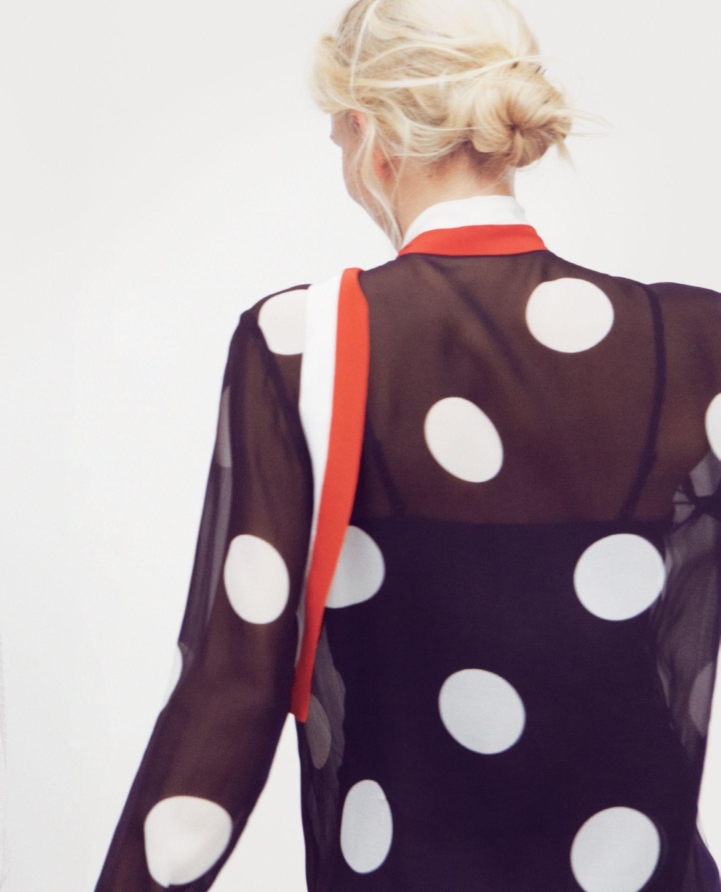 Polka dotsWie ein Schal über die Schulter geworfen, sorgt die Schluppe fu?r mondäne Eleganz. Transparente Seidenbluse mit großen Punkten und rotweißer Schluppe: Julia Krupp, ca. 450 Euro. Schwarzes Top: H&M, ca. 5 Euro