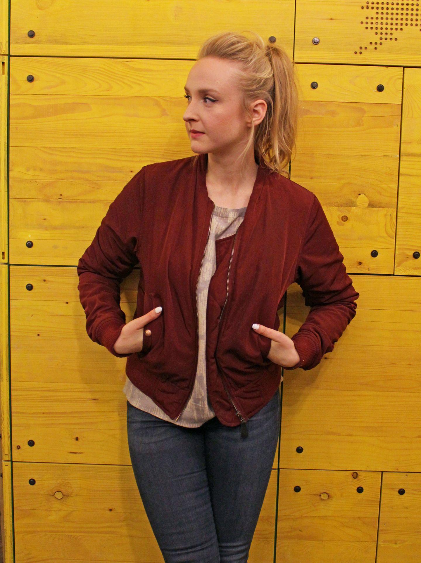 """Leslies Lieblingslook: Bomberjacke und Jeans (H&M). """"Die meisten meiner Jacken sind tatsächlich selbstgenäht, andere Secondhand"""", sagt sie. Grundsätzlich sei sie """"nicht so markenspezifisch"""", sie kaufe einfach, was ihr gefalle - und auch nicht besonders viel. """"Ich finde, Mode sollte nachhaltig sein und auf Recycling setzen. Ich find's toll, dass sich da gerade so viel tut. Ich stehe auf Langlebigkeit, im Leben wie in der Mode."""""""
