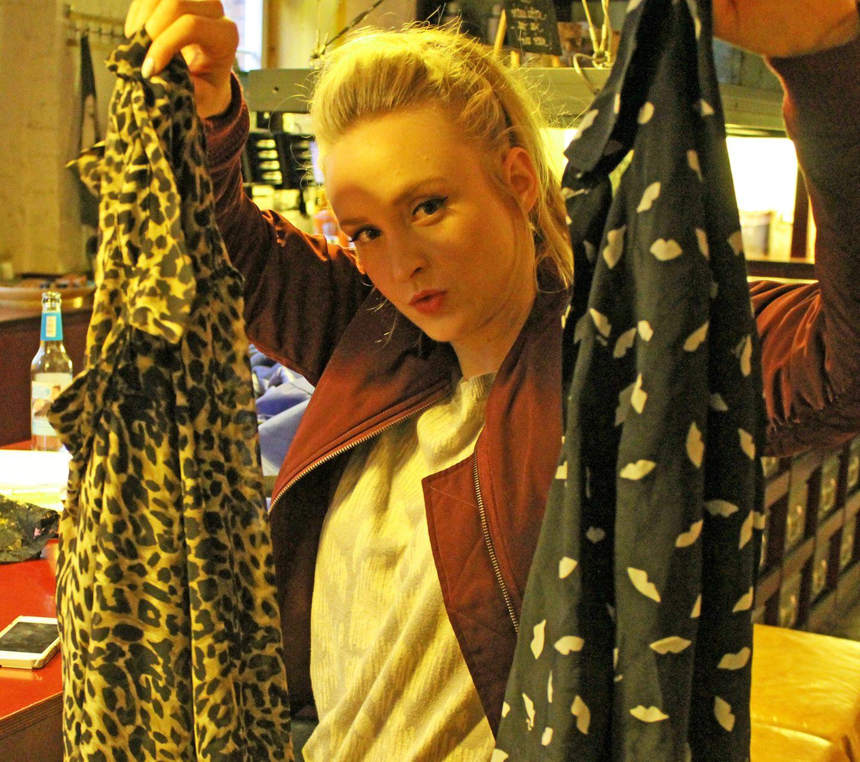 """In ein paar Sekunden von 0 auf Angezogen: Für den """"instant uplift"""" nimmt Leslie Clio immer ein paar Blusen mit - hier eine im Leo-Look von MTWTFSS Weekday und mit Schwarz-Weiß-Prints von Sonia Rykiel."""