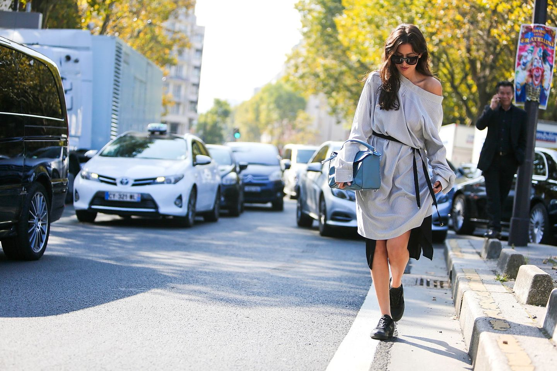 Die Looks von den Laufstegen sind teilweise atemberaubend schön, ein anderes Mal rufen sie Stirnrunzeln hervor. Wir schauen heute aber lieber mal hinter die Kulissen, beziehungsweise schauen wir auf die Straßen der französischen Modemetropole Paris. In Sachen Streetstyle können wir uns von den Besuchern der Modewoche nämlich noch einiges abgucken. Also: zurücklehnen und inspirieren lassen vom intelligenten Layering, gemütlichen Cardigans, coolen Lässig-Looks und Denim-Styles.