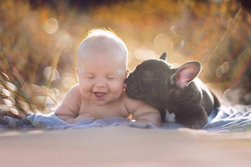 Einzigartige Freundschaft: Dass der kleine Dilan und die französische Bulldoge Farley am gleichen Tag geboren wurden, kann kein Zufall sein, dachte sich Dilan's Mutter, die Fotografin Ivette Ivens. Für sie war es das Zeichen den süßen Hundewelpen in ihre Familie aufzunehmen. Und seit diesem Tag an sind Dilan und Farley unzertrennlich.