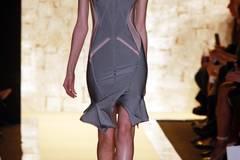 Dieser Laufsteg-Look für Herbst/Winter 2015 ist typisch Hervé Léger By Max Azria - das Kleid modelliert eine Sanduhr-Silhouette.