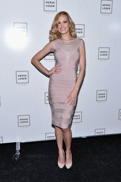 Topmodel Petra Nemcova posierte im Februar backstage bei der Show von Hervé Léger By Max Azria während der Fashion Week in New York in einem figurbetonten Bandage-Dress.