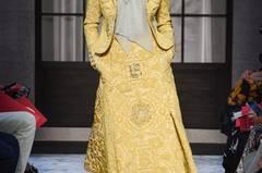 Schon eher tragbar: Bertrand Guyons Debütkollektion für Schiaparelli, die uns mit auf eine Zeitreise nimmt. In den Kreationen begegnen uns typische Silhouetten der 30er- und 40er-Jahre. In dieser Zeit fand die Mode von Elsa Schiaparellis besonders viel Anklang.
