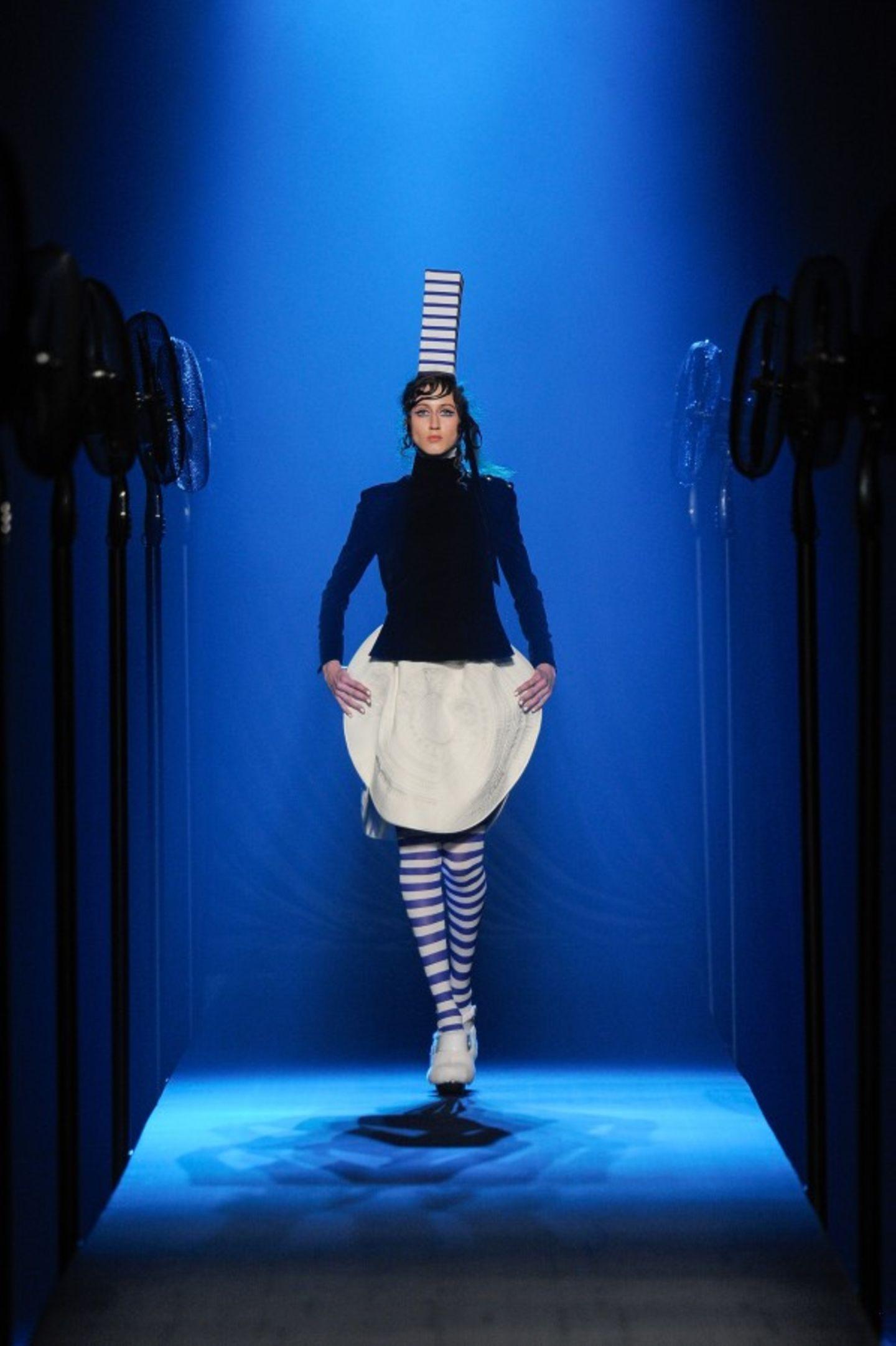 Designer Jean Paul Gaultier hat sich in seiner Haute-Couture-Show von den Trachten der Bretagne inspirieren lassen.