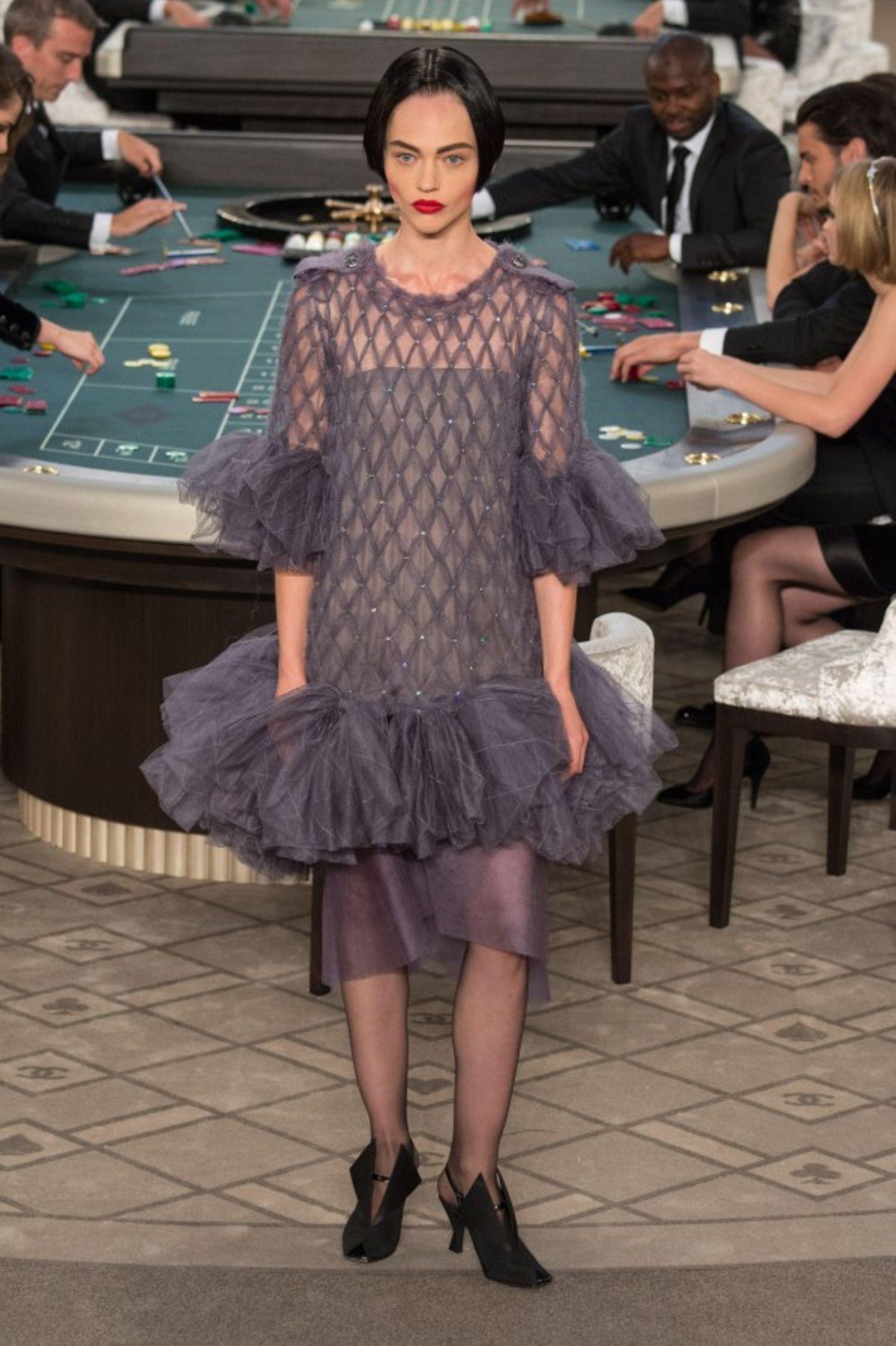 Die Show von Chanel: Der Runway wurde in ein Casino verwandelt. Als Stargäste nahmen Kristen Stewart, Rita Ora und Julianne Moore an den Spieltischen der Show Platz.