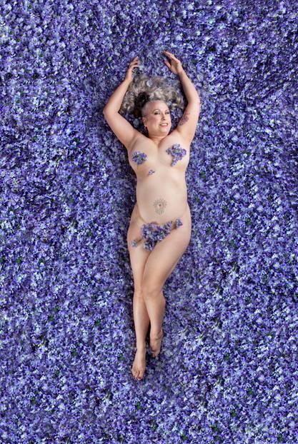 """""""American Beauty"""": Die Szene aus dem US-Film """"American Beauty"""" wurde weltberühmt: Kevin Spacey fantasiert darüber, wie die Teenie-Freundin seiner Tochter sich nackt in einem Bett aus Rosenblättern räkelt und ihm verführerisch zuzwinkert. Ein starkes Motiv - aber es gibt so viel mehr als nur eine Definition von Schönheit. Dieser Gedanke inspirierte die Fotografin Carey Fruth zu ihrem Fotoprojekt """"American Beauty"""" - schließlich hat Schönheit nichts mit Körperform, Alter oder Hautfarbe zu tun!"""