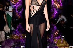 """Rosie Huntington-Whiteley während der Paris Fashion Week im einem schwarzen """"Kleid""""."""