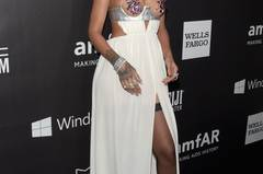 September 2014, das Model Binx Walton präsentierte Look Nr. 29 des Designers Tom Ford. Hierbei handelt es sich um ein Kleid, bestehend aus einem weißen, bodenlangen Rock mit Beinschlitz, der die Taille ausspart. Die Brüste selbst werden ausschließlich von feinen Trägern umrahmt und die Brustwarzen von lilafarbenen, metallisch schimmernden Blüten verdeckt. Der Trend nahm deutlich an Fahrt auf. Und wer sonst hätte dieses Kleid rund einen Monat später besser tragen können als Rihanna herself?! Man sah sie im Oktober 2014 in dem Fummel über den roten Teppich einer Aids-Gala in Los Angeles flanieren.