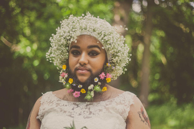 Harnaam Kaur hat PCOS, Polyzystisches Ovarialsyndrom. Es ist eine Hormonstörung, bei der vom Körper überdurchschnittlich viele männliche Hormone produziert werden und die zu Akne, männlicher Körperbehaarung und Unfruchtbarkeit führen kann. Die junge Frau aus England hat bereits seit sie 11 Jahre alt war starken Haarwuchs im Gesicht. Früher hat sie sich deshalb zwei bis drei Mal pro Woche das Gesicht gewachst oder, wenn sie die Schmerzen nicht mehr ertragen konnte, rasiert. Sie wurde gemobbt und sogar von anderen Kindern verprügelt wegen ihres ungewöhnlichen Aussehens.