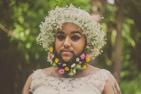 Hat diese Braut Blumen im Bart? Ja, und sie ist wunderschön!