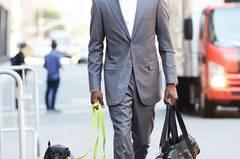 Nicole: Den grauen Anzug finde ich super, auch in Kombination mit Turnschuhen. Hat er die Hundeleine auf die Schnürsenkel abgestimmt? Laura: Das ist alles sehr stimmig. Nur die Sporttasche stört mich. Freija: Sehr gut!