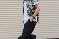 Nicole: Hawaiihemden sind schwierig. Mit einem Jeanshemd würde mir das Ganze besser gefallen. Und das Unterhemd ist für meinen Geschmack zu weit ausgeschnitten. Laura: Das Hemd ist furchtbar, aber der Rest ist sehr positiv. Einfach lässig und normal. Ich mag es, wenn die Klamotten eher unauffällig sind, dann bleibt mehr Spielraum für den Typen, der sie trägt. Freija: Ich mag Hawaiihemden - auch offen getragen.