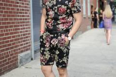 Nicole: Interessant. Ich habe so ähnliche Schuhe. Aber irgendwie ist mir das alles ein bisschen zu viel und auch zu feminin - als hätte er es sich von seiner Freundin ausgeliehen. In Modekreisen wird so ein Outfit bestimmt beklatscht, mich spricht es aber nicht an. Laura: Mutig. Ich glaube, er hat viel Spaß an Mode. Aber wirklich schön ist es nicht. Freija: Ab nach Hause und umziehen, bitte! Florale Prints finde ich für Männer eigentlich megagut, aber nicht von Kopf bis Fuß. Das ist mir alles zu gewollt.