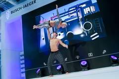 Fitness-Trends, getestet von echten Akrobaten: Klodi trägt ein Top von American Appareal und eine Hose von Gina Tricot. Ihr Partner trägt eine Hose von American Apparel und ein Top von H&M.