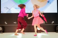 Sunny side up in Pink: Top von Antonia Goy, Hose von Zara. Nicole trägt ein Top von Takko, einen Rock von H&M und Schuhe von Ilse Wahl über gymhall.de