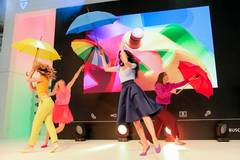 Buntes Treiben auf der IFA in Berlin: Zusammen mit Partner Busch-Jaeger zeigte BRIGITTE eine Mischung aus Akrobatik, Mode und Performance. Schuhe über gymhall.de